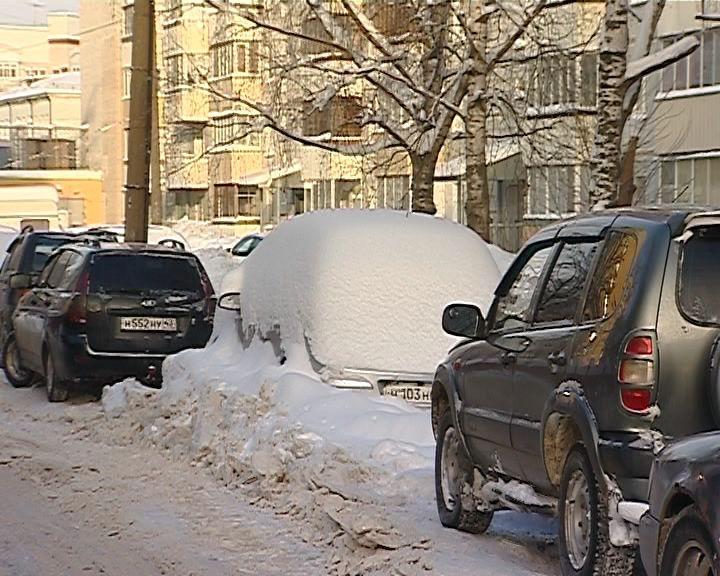 Работу по уборке снега осложняют автомобили, брошенные на проезжей части