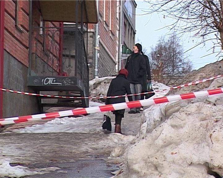 Очистка от снега кровель и придомовых территорий