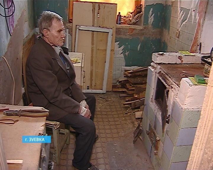 В Зуевке инвалида переселили из ветхого жилья в дом, который условно можно назвать благоустроенным