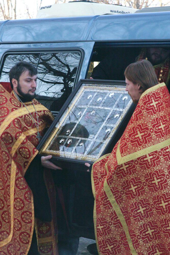 В Успенский собор Трифонова монастыря доставили икону с частицей мощей Георгия Победоносца.