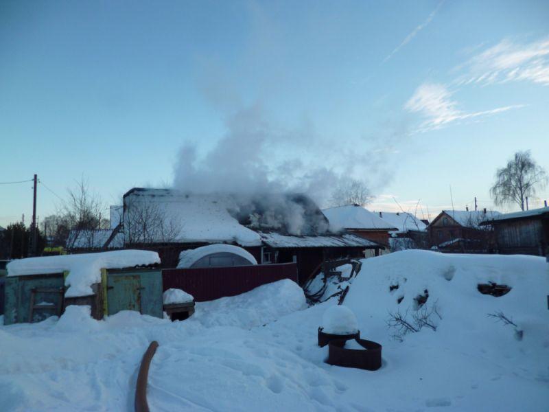 В Кирове сгорел жилой дом: в числе пострадавших - ребенок.