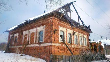 В Уржумском районе жители деревни всем миром спасали горящий дом.