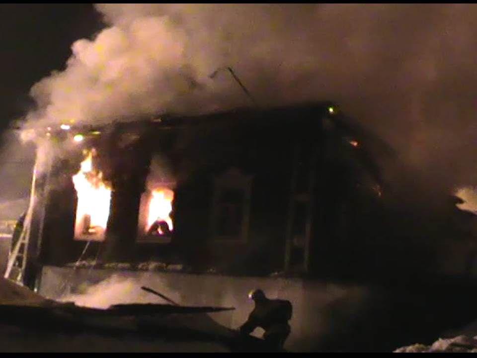 В деревне Ломовская сгорел двухквартирный жилой дом: есть пострадавшие (ВИДЕО).