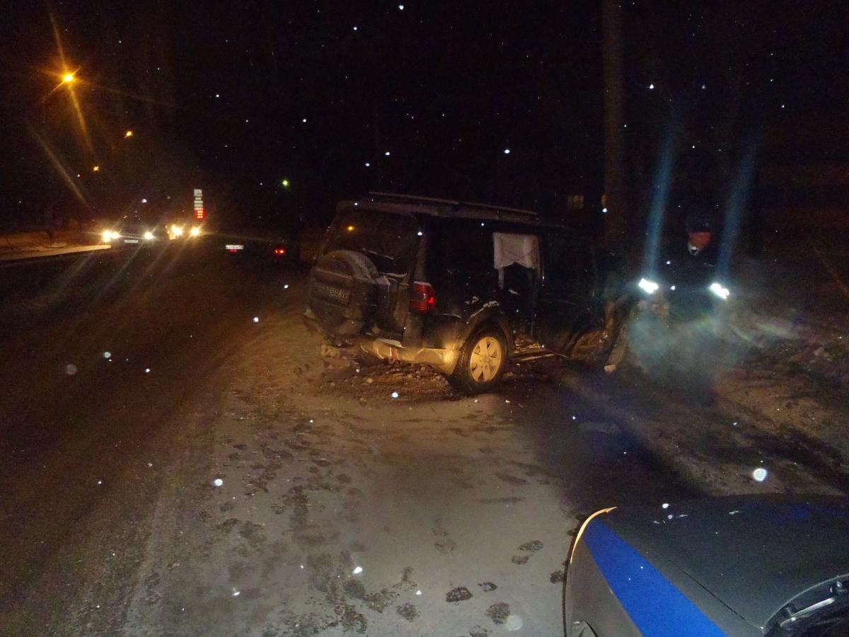 На улице Производственной иномарка врезалась в опору ЛЭП: пострадали два ребенка-пассажира.