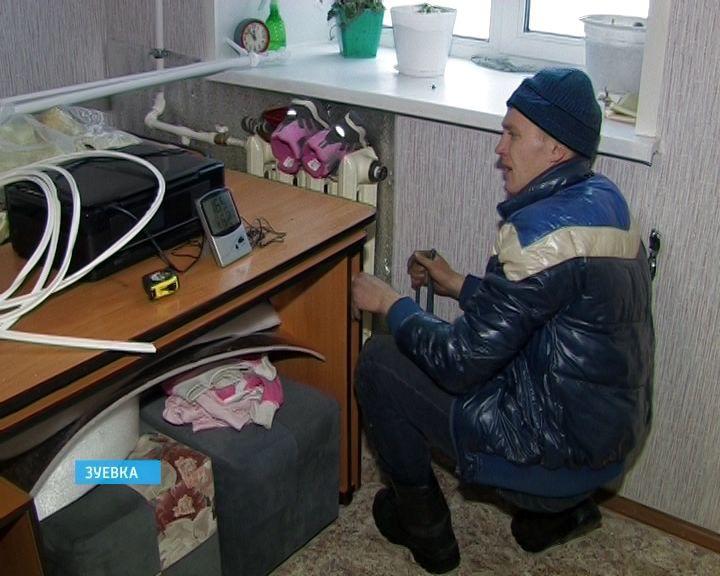 Проблемный дом в Зуевке, в котором живут переселенцы из ветхих домов, проверила прокуратура.