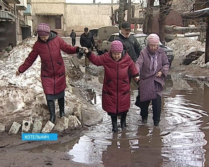 В Котельниче во дворе дома по улице Кирова, 15 затопило двор