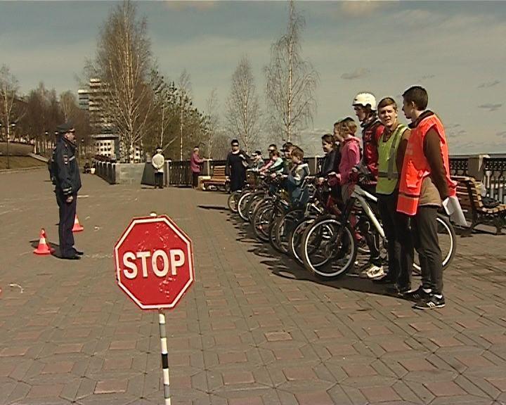 Инспекторы ГИБДД напоминают школьникам о правилах безопасного поведения на дорогах