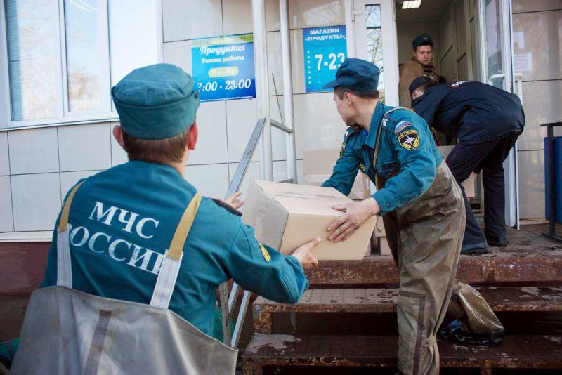 В затопленном паводком микрорайоне КМДК г. Кирова начали выдавать гуманитарную помощь.