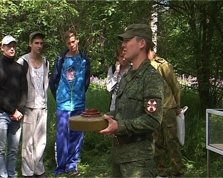 Школьники на аэродроме в Порошино знакомятся с армейской жизнью