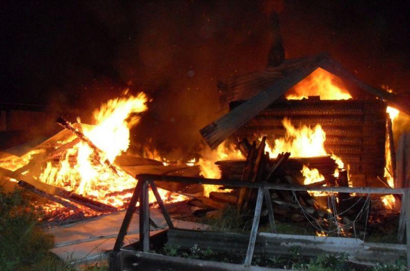 В Сосновке пожар в жилом доме тушили 36 человек.