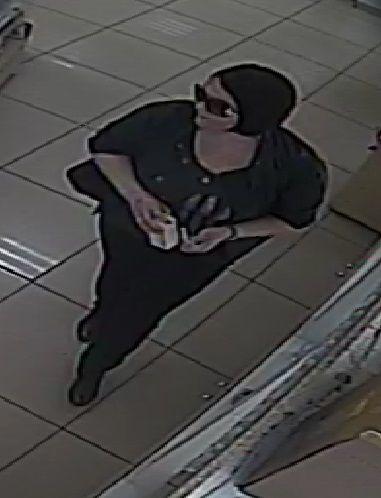 Дама в черном похитила из магазина туалетную воду и помаду