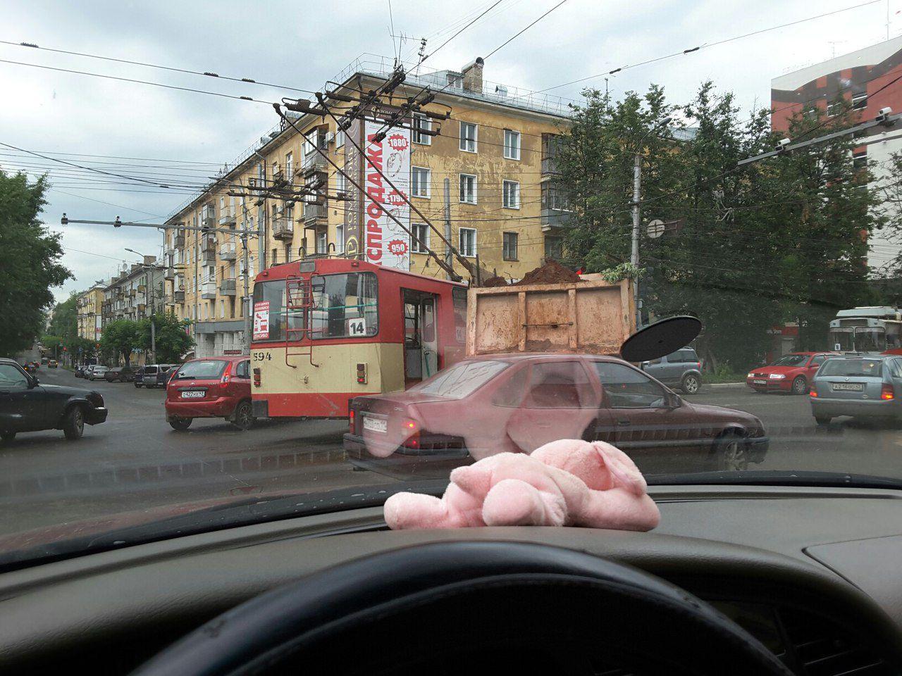 На Октябрьском проспекте грузовик врезался в троллейбус.