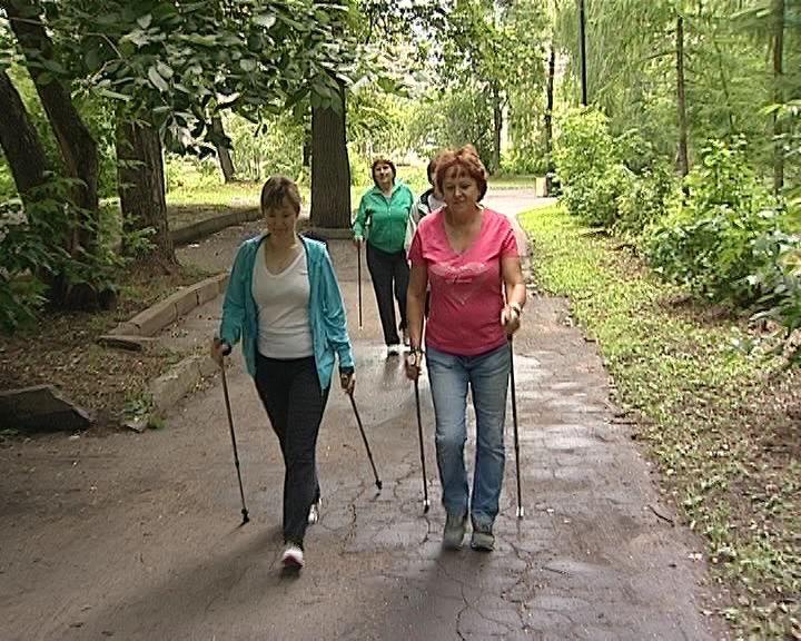 Уроки скандинавской ходьбы в Александровском саду