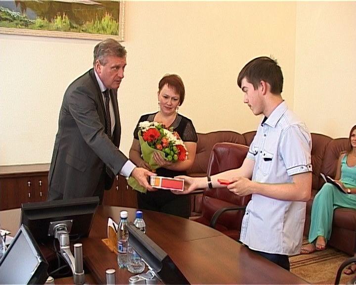 И. Васильев встретился с золотым медалистом международной предметной олимпиады А. Артемьевым
