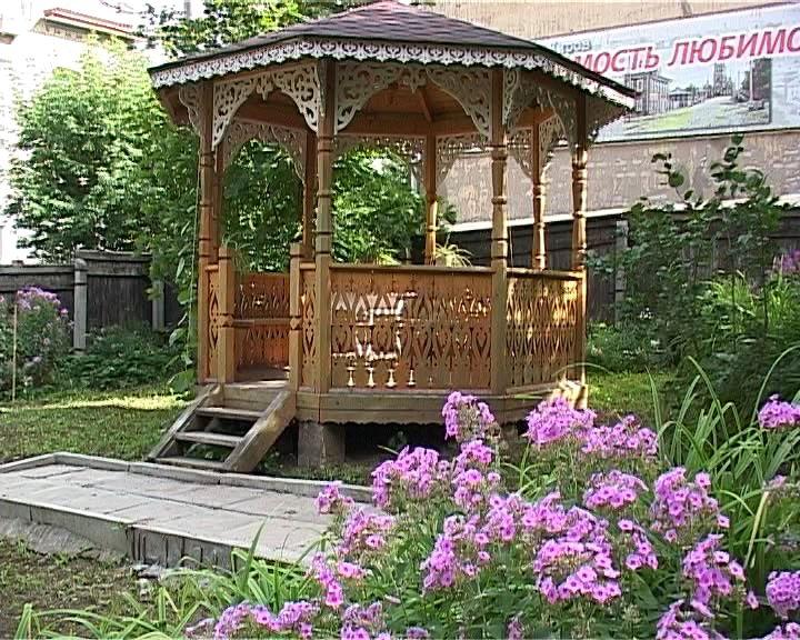 Красивый сад в усадьбе Хохрякова