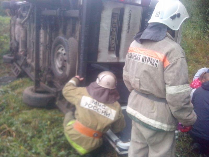В Куменском районе в кювет улетел микроавтобус с пассажирами.