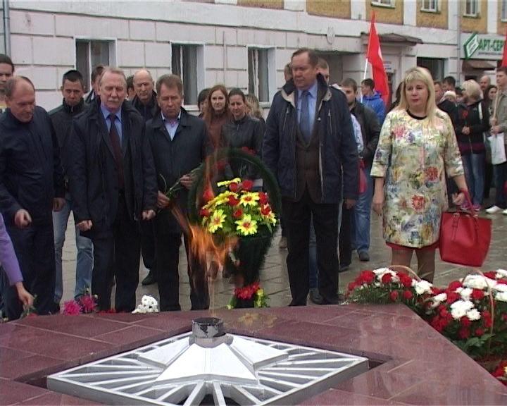 Возложение цветов на Набережной Грина у Вечного огня павшим воинам