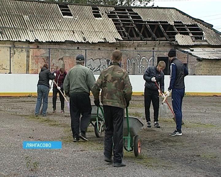 Субботник на стадионе «Локомотив» в Лянгасово