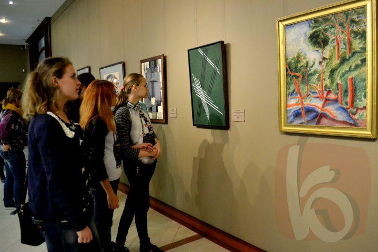Выставка шедевров из фондов Вятского художественного музея открылась в Белгороде.