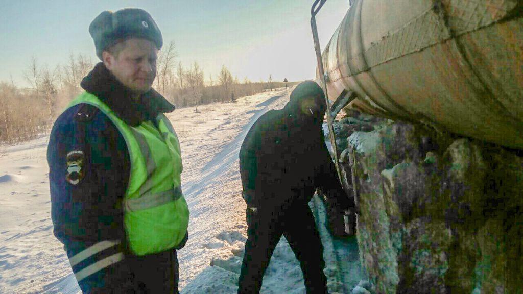 В Яранском районе сотрудники ГИБДД спасли замерзавшего на трассе водителя.