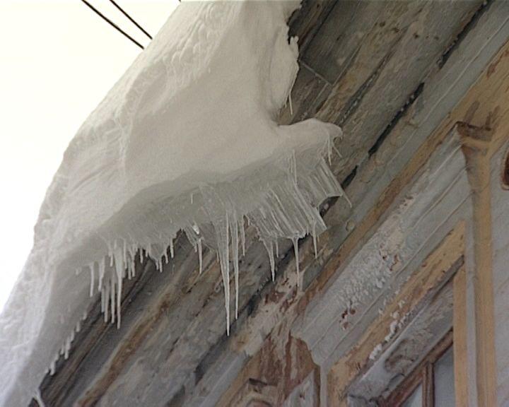 Огромные сосульки висят на крышах домов кировчан