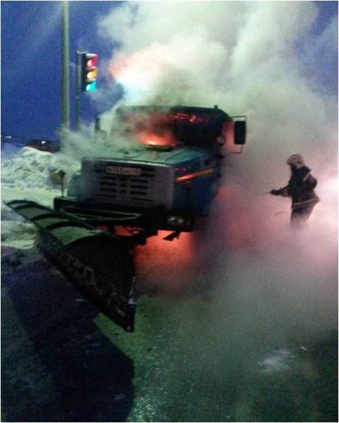 В Кирово-Чепецк загорелся автомобиль-снегоуборщик.