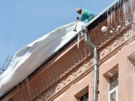 В Кирове снежная глыба упала с крыши на ребенка