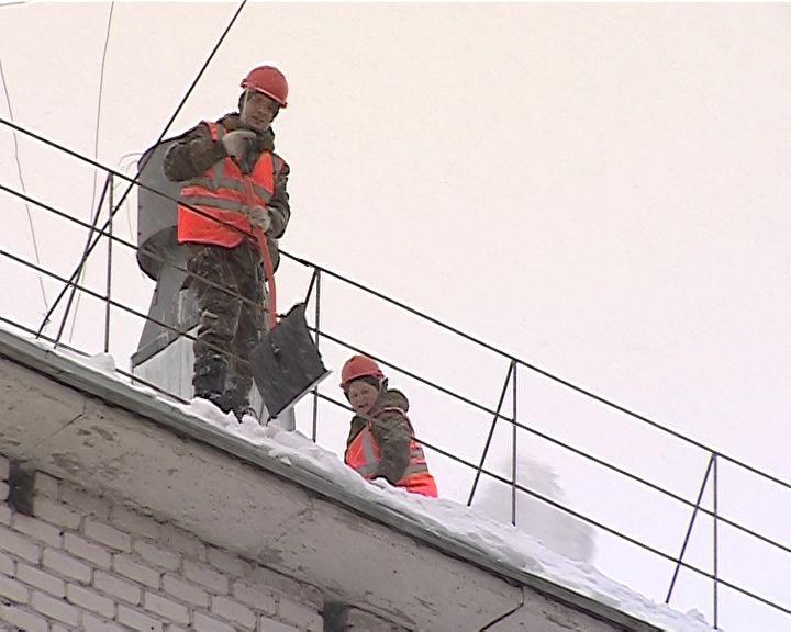 В Кирове стартовал месячник по очистке крыш от снега и льда