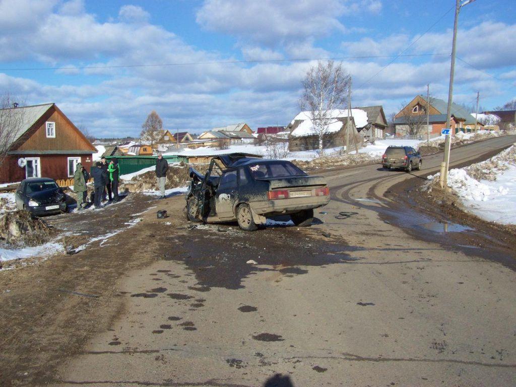 В Афанасьевском районе ВАЗ-21099 врезался в