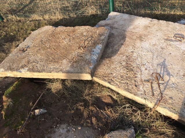 Наребенка упала бетонная плита