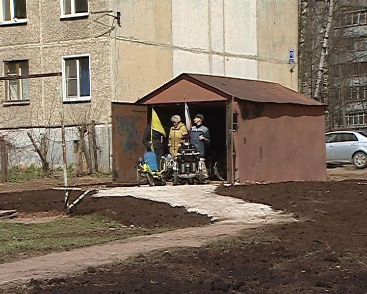 Кировские коммунальщики восстановили площадку перед гаражом инвалидной велокоманды