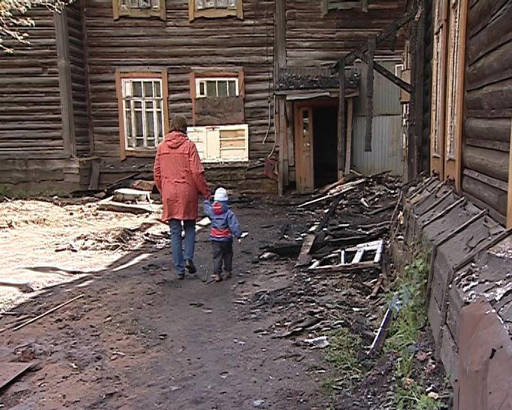 В Коминтерне семья из шести человек продолжает жить в сгоревшем доме
