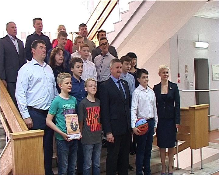 Валерий Владыкин поздравил юношескую команду по баскетболу с победами
