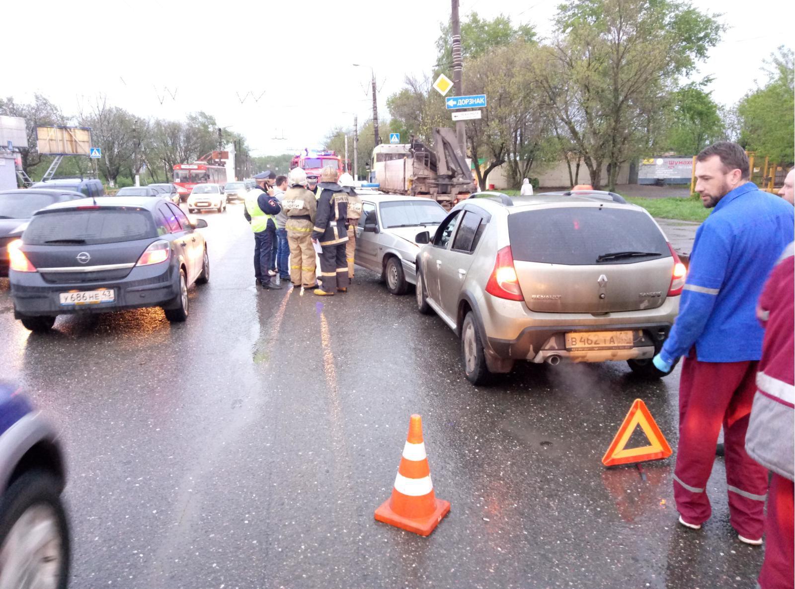 На Октябрьском проспекте «Рено Сандеро» врезался в ВАЗ-2114.