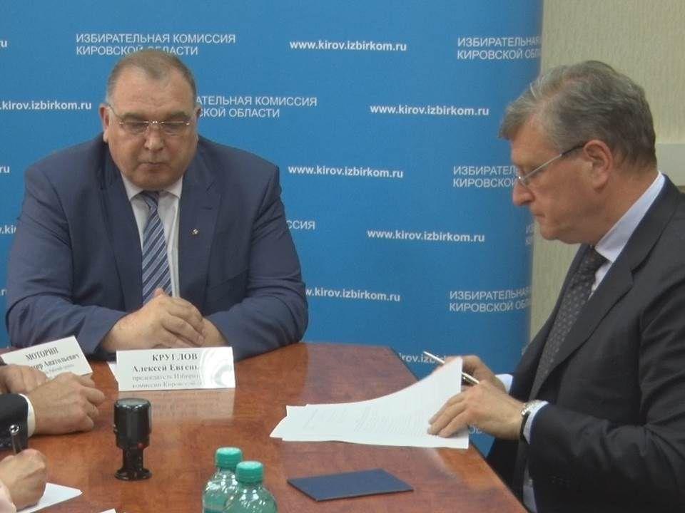 Врио губернатора Игорь Васильев подал документы в избирательную комиссию Кировской области.