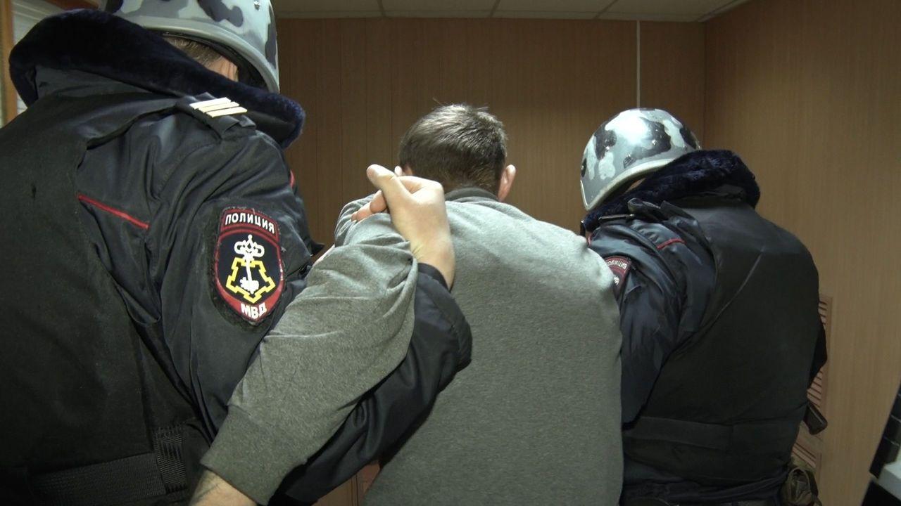 В Кирове бойцы Росгвардии задержали мужчину, ограбившего магазин.