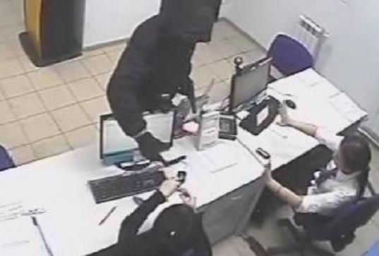 В Кирове задержали налетчика на офис микрозаймов, который оказался причастен к еще одному грабежу.