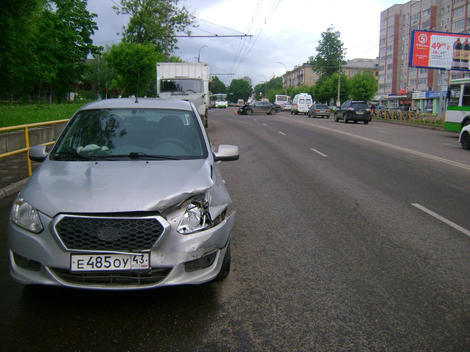 В Кирове столкнулись две иномарки: пострадал 1 человек.