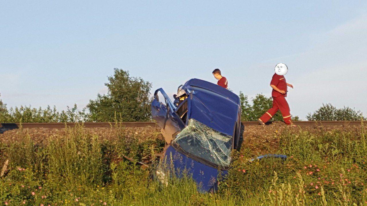 На жд перегоне Киров-Красносельский автомобиль врезался в тепловоз.