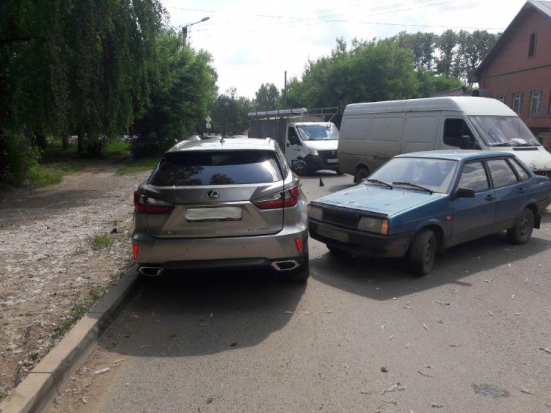В Кирове ВАЗ-21099 врезался в «Lexus».