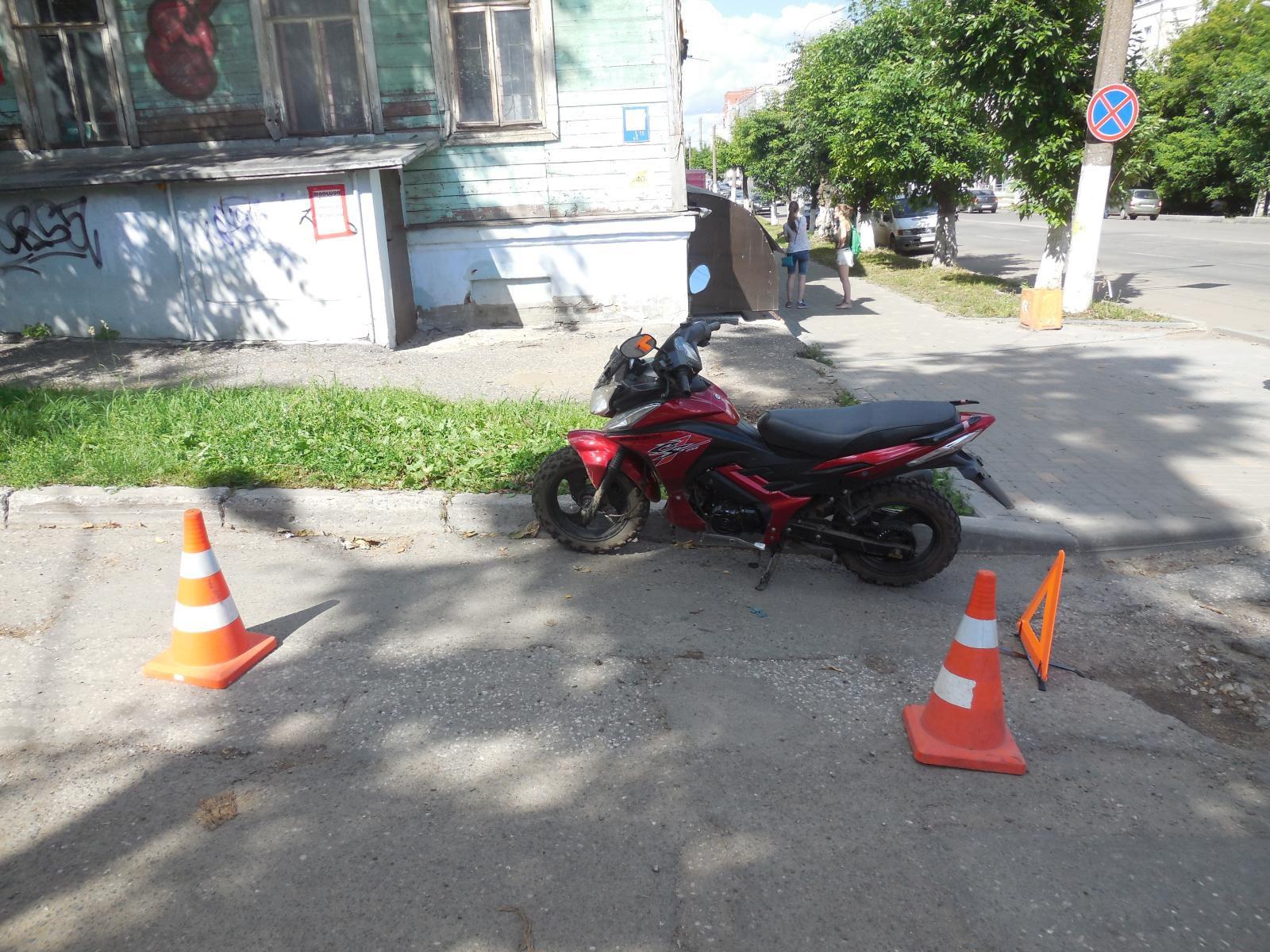 В Кирове водитель иномарки сбил девушку на мопеде.