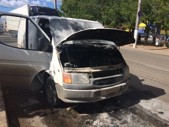 В Кирове во время движения загорелась иномарка.