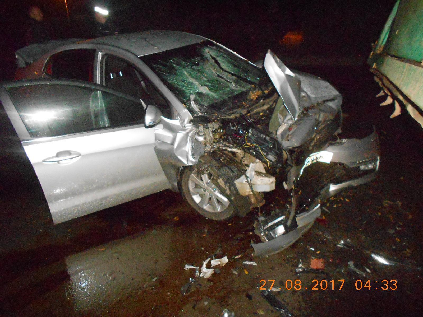 В Кирове водитель иномарки врезался в грузовик.