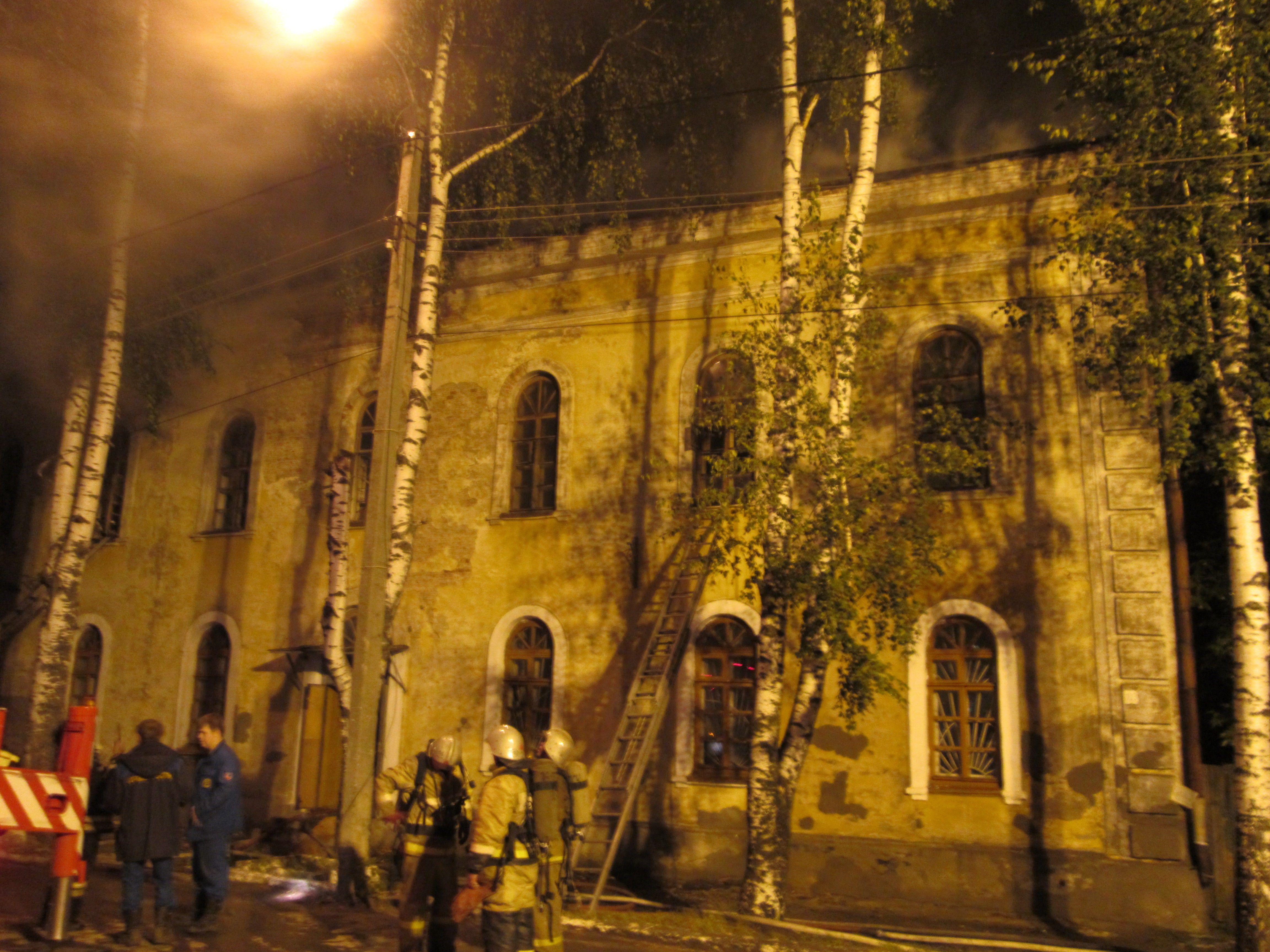 В Кирове неизвестные подожгли нежилое здание.