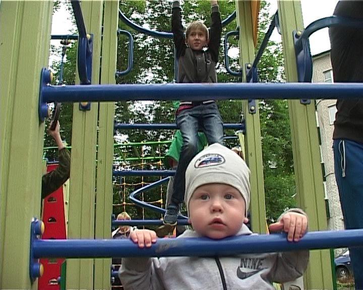 Новая детская площадка во дворе дома по улице Кольцова