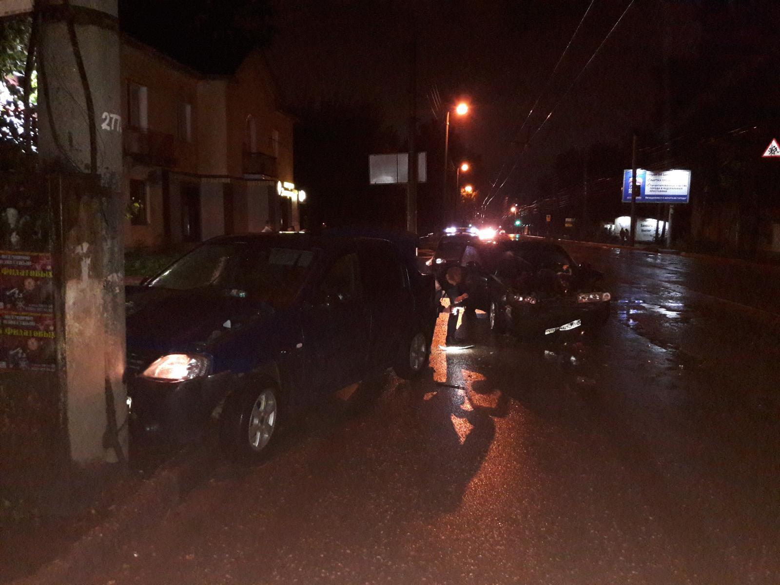 В Кирове водитель ВАЗ-2112 врезался в иномарку.