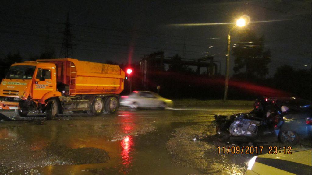 В Кирове грузовик врезался в ВАЗ-2112.