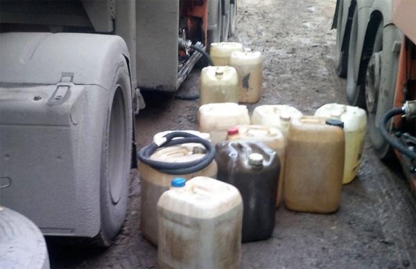 В Кирове задержали двух мужчин, сливавших бензин из фур дальнобойщиков.
