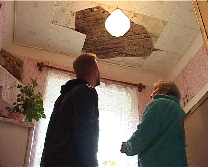 В квартире одного из домов Кирова обвалился потолок