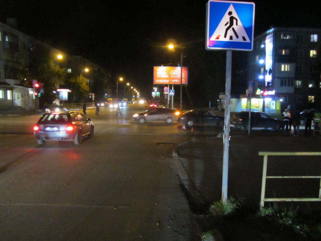 В Кирове водитель ВАЗ-2112 сбил на пешеходном переходу женщину с ребенком.